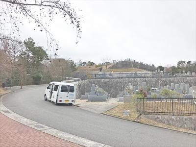西宮市白水峡墓地でお墓の文字彫り
