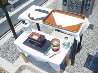納骨式の祭壇準備
