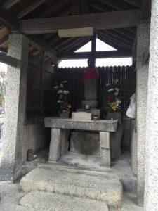 四条墓地で文字彫り