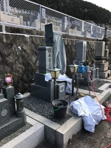 石切霊園で文字彫り