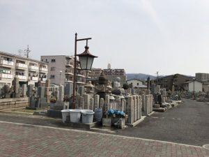 東大阪市岩田墓地で文字彫り