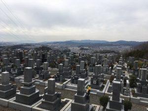 高槻市公園墓地で文字彫り