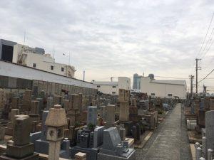 春日出共同墓地で文字彫刻