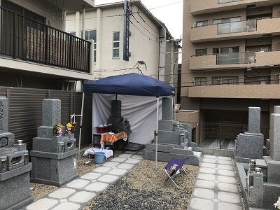 納骨式当日が雨の場合は、パラソルやテントを用意
