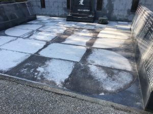 宝塚すみれ墓苑で、追加彫刻と洗浄