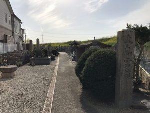 枚方市の上島霊園で文字彫り