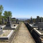 鵯越墓園で文字彫り