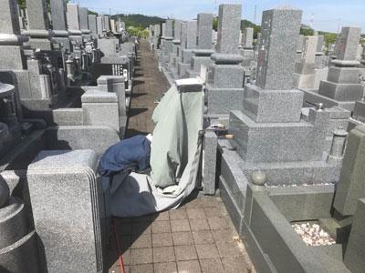 伊丹市の伊丹市営中野墓地で霊標へ文字、戒名彫り作業風景