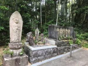桜井墓地で追加彫刻で文字彫り