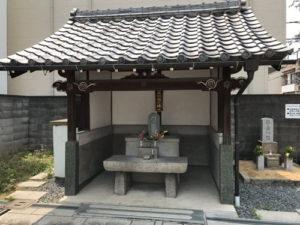 高槻市の西冠共有墓地にて文字彫刻