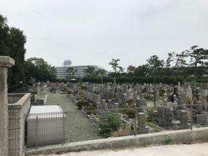 江坂公園墓地で文字彫り