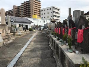 塚口本町墓地で文字彫り