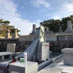 西宮市の満池谷墓地で墓石への文字彫刻