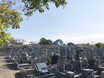 和泉市の市設信太山墓地で墓石への名前彫り