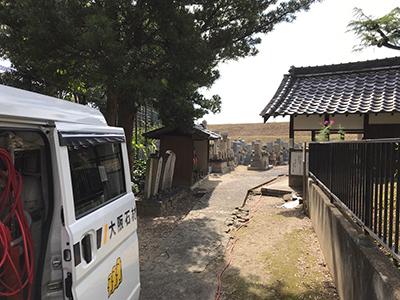 尼崎市の田能墓地で墓石への文字彫刻