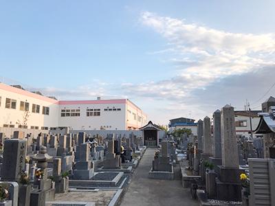 八尾市の小阪合墓地で墓石への文字彫刻
